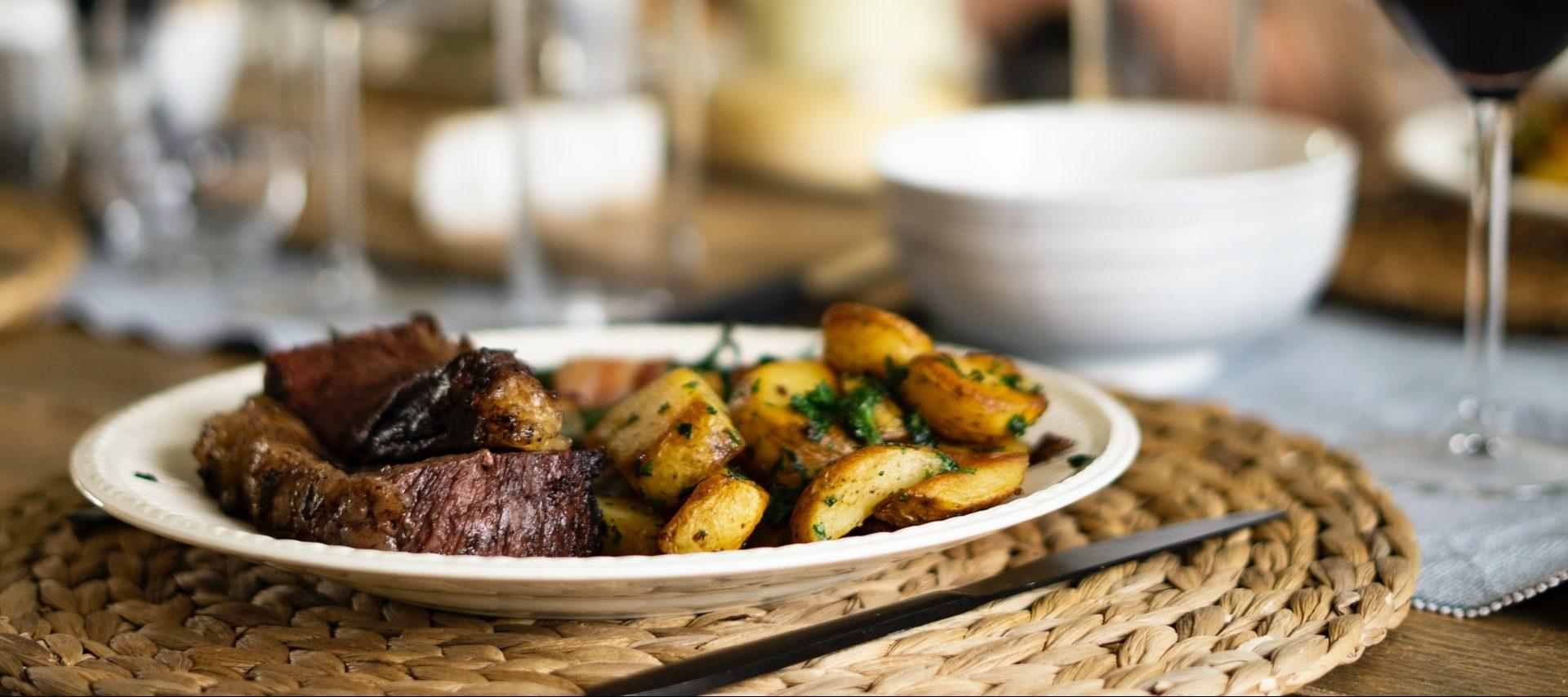Agnello con carciofi e patate